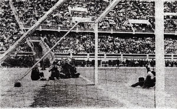 Otro remate de 'Lolo' y otro gol de Universitario, el tercero ante la inútil reacción del 'Cholo' Paredes (Foto: Libro 'Lolo, ídolo eterno', Teodoro Salazar Canaval)