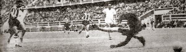 La imagen muestra el único gol que logró Municipal esa tarde en un repleto estadio Nacional ante Universitario. La conquista edil llegó en los pies del 'Chino' Manuel Rivera (Recorte: diario La Crónica)