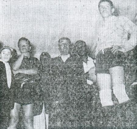 Los jugadores de Carlos Concha a la espera de decidir si jugarían o no ante Cristal en la última fecha del torneo de 1956. Fue el cotejo que, a la postre, permitió a los rimenses alzarse con el título de aquel año. (Recorte: diario La Crónica)