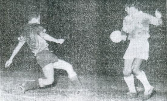 Escena del Cristal 4 - Carlos Concha 0 que, con el resultado de Boys ante Alianza al día siguiente, le daría el primer título de su historia al naciente cuadro del Rímac en 1956. (Recorte: diario La Crónica)