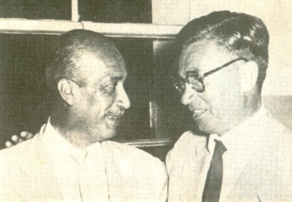 Blas Laredo, primer presidente de Cristal, junto al DT chileno Luis Tirado, el primero de la historia celeste. (Foto: libro 'Club Sporting Cristal: 25 años en el Deporte')