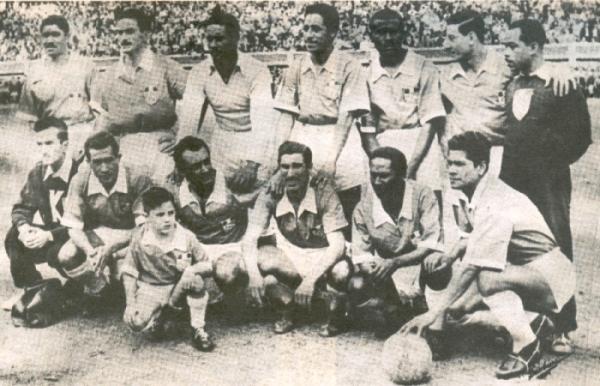 El equipo base de Cristal en 1956. De pie: Cavero, 'Tachero' Martínez, Asca, Villamares, Donayre y Rovay. Hincados: Delgado, Sacco, Zunino, 'Vides' Mosquera y Farfán. (Foto: libro 'Club Sporting Cristal: 25 años en el deporte')