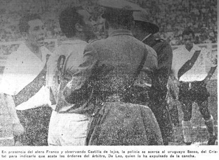 Se inicia la trifulca. La policía conmina al uruguayo Sacco a respetar la decisión de Di Leo y abandonar el campo de juego (La Crónica, 31/08/56 tercera edición p. 10)