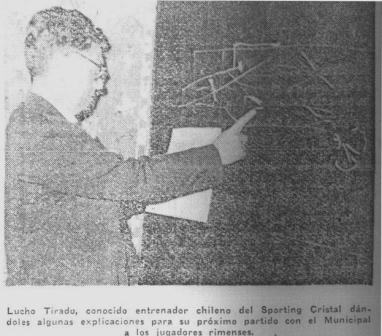 El entrenador chileno Luis Tirado, que dirigía a Cristal, dando indicaciones a sus pupilos en un pizarrón (Recorte: La Crónica, 28/08/56 segunda edición p. 9)
