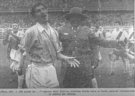 El uruguayo Zunino, quien anotó el primer gol de Cristal en torneos nacionales ante Alianza Lima, se muestra desconcertado ante la decisión del árbitro de echarlo del campo de juego (Recorte: La Crónica, 31/08/56 tercera edición p. 11)