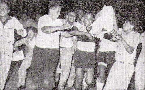 La vuelta olímpica de los de Monzón, con José Allen acosado por los hinchas a la cabeza. (Recorte: diario La Crónica)