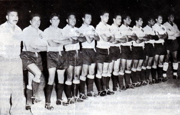 Marcos Calderón al mando de su primer equipo, el Sport Boys que en 1958 alcanzó el título (Foto: libro '¡Vamos Boys!', Teodoro Salazar Canaval)