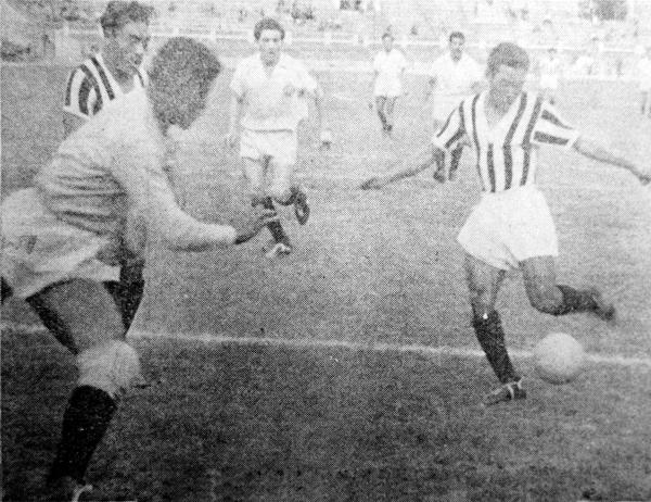 Estiletazo de zurda de Nemesio ante Dimas Zegarra en un choque entre Ciclista y Universitario en 1958. Observan el 'Feo' Salinas y José Fernández. (Foto: diario La Crónica)