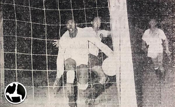 Universitario se encargó de ponerle suspenso al título de 1958, luego de derrotar por la mínima diferencia a Boys. (Recorte: diario La Crónica)