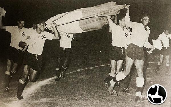 Fiesta y alegría mientras se extiende la bandera peruana: Boys campeón en 1958 de la mano de Marcos Calderón. (Recorte: libro 'Vamos Boys', Teodoro Salazar Canaval)