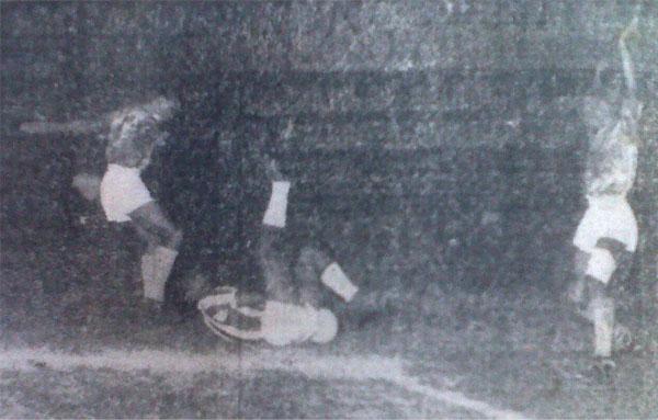 Por los suelos, asi acabaron el 'Expreso Verde' y el 'León Porteño' tras empatar 0-0 en un partido dominado por la labor de los arqueros. Con este resultado se dio por culminada la serie de victorias del Castilla. (Recorte: diario La Crónica)