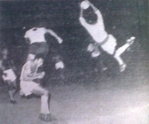 Ocho al hilo, esa fue la gran marca de partidos ganados consecutivamente que obtuvo Mariscal Castilla en 1958 luego de ganarle por 1-0 al equipo rosado en el inicio de la liguilla por el campeonato. La imagen muestra una gran volada del arquero Santos Guerrero para atrapar el balón ante un golpe de cabeza de Alonso Urdániga. (Recorte: diario La Crónica)