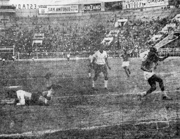Alberto Gallardo marcó de cabeza el primero de sus dos goles sobre el arco de Centro Iqueño (Recorte: diario La Prensa)
