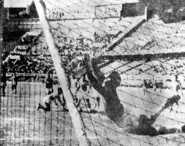 El cañonazo de tiro libre del 'Jet' ya se incrustó en el arco de Atlético Chalaco (Recorte: diario La Prensa)