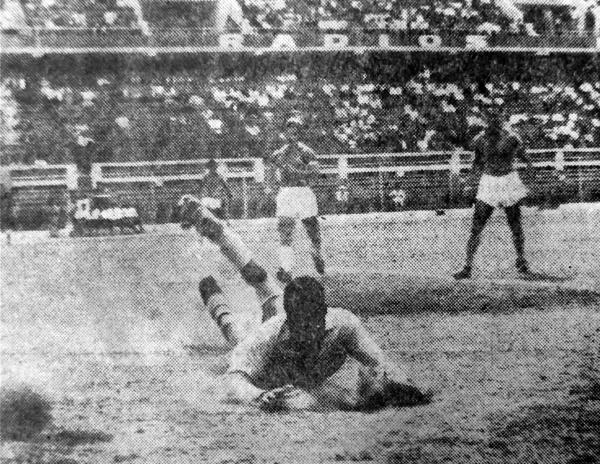 Nada pudo hacer Rafael Asca ante el remate del 'Jet' Gallardo cuando Mariscal Castilla empató a dos goles con Cristal (Recorte: diario La Prensa)