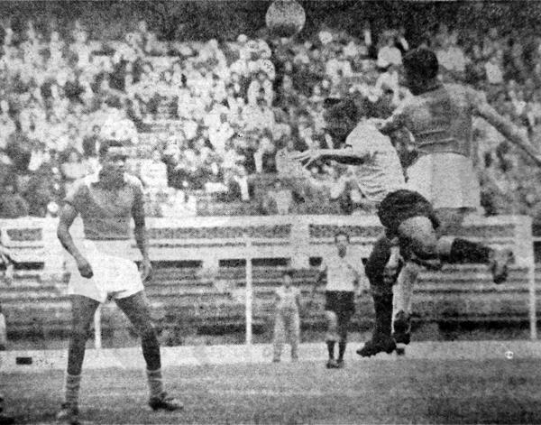 Alberto Gallardo frente a Sport Boys observa la acción por alto de Valeriano López (Recorte: diario La Crónica)