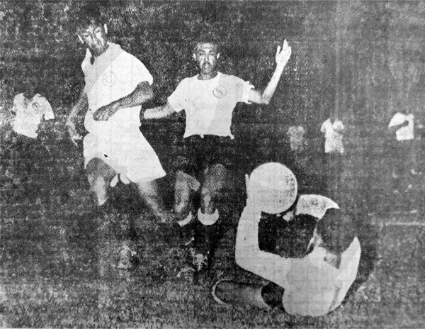 Fernando Cárpena, arquero de Boys, atrapa el balón antes que Ángel Uribe llegue a él (Recorte: diario El Comercio)