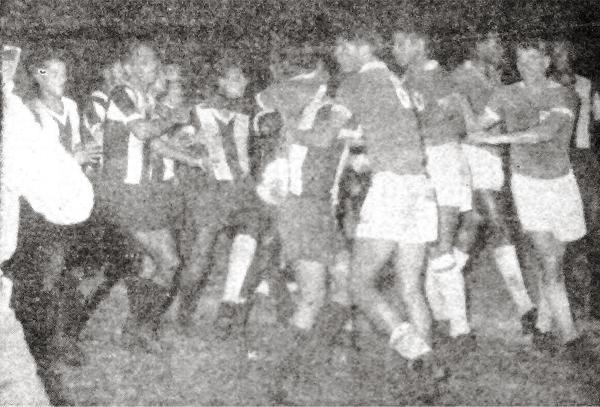 Ni Alianza ni Cristal cedieron un metro en el partido que definió el campeonato de 1961 (Recorte: diario La Crónica)