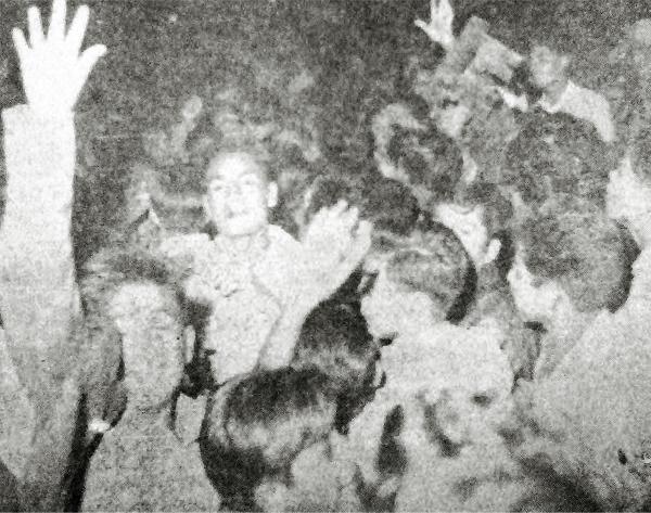 Conseguido el campeonato de 1961 las calles del Rímac se desbordaron en festejos de la naciente hinchada de Cristal (Recorte: diario La Crónica)