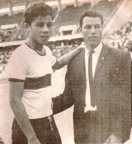 Roberto Chale el día de su debut en el estadio Nacional, junto a su DT Juan Biselach. (Recorte: revista Ovación)