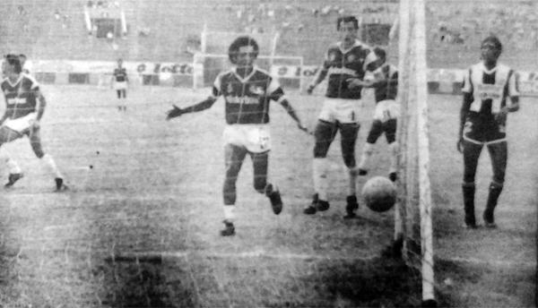 Eduardo Saavedra grita el gol de Segundo Barreda en el arco de Alianza Lima, tanto que le dio el primer triunfo a Defensor Lima en el Plácido Galindo (Recorte: diario La Crónica)