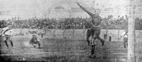 El golero Monteblanco del Córdova hace vista ante un balón que pasó cerca de su arco luego de un ataque edil (Recorte: diario La Crónica)