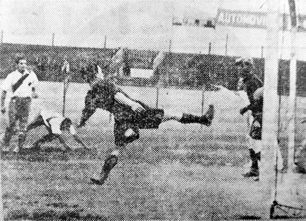 Gol de Demetrio Neyra sobre el arco de Sport Progreso, el primero en su triunfo de la tercera fecha (Recorte: diario La Crónica)