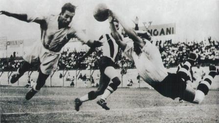 Vuela Juan Valdivieso contra un atacante del San Carlos en el partido que devolvió la categoría a Alianza Lima, válido por la temporada 1939 (Foto: Libro de Oro de Alianza Lima, diario El Comercio, p. 68)