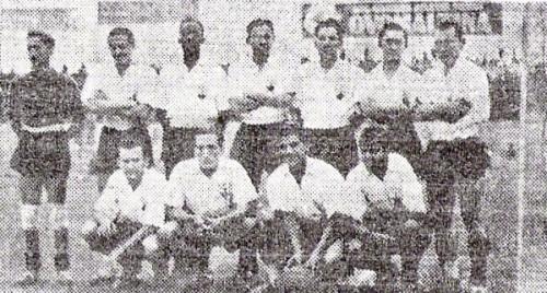 Oncena alba que disputó la Rueda Trágica de 1941 y, a la postre, logró el ascenso a Primera División. (Recorte: diario La Crónica)