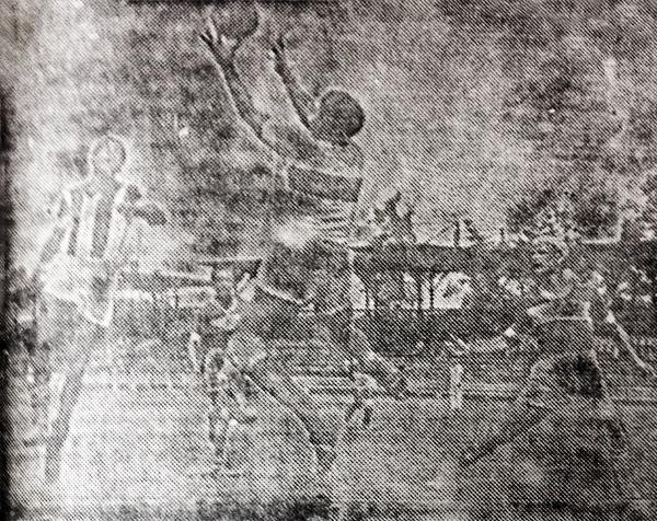 El arquero Costa del Telmo Carbajo contiene el balón ante un ataque de Santiago Barranco (Recorte: diario La Crónica)