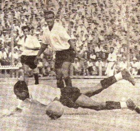 Elocuente imagen de superioridad iqueñófila en el partido que el cuadro de Monzón le ganó 4-2 a Carlos Concha en la última fecha de la Segunda División de 1948, con el cual certificó su retorno a la elite del fútbol local. (Recorte: revista Equipo)