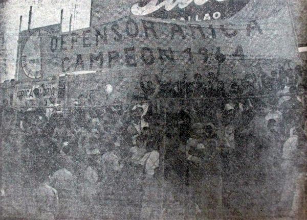 Una tribuna del estadio San Martín de Porres, llena con seguidores del cuadro de Breña celebrando el título (Recorte: diario La Crónica)