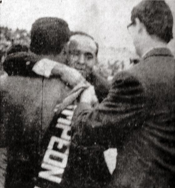 El técnico de Municipal, Alejandro Heredia, recibe efusivos saludos luego de alcanzar el campeonato (Recorte: diario La Crónica)