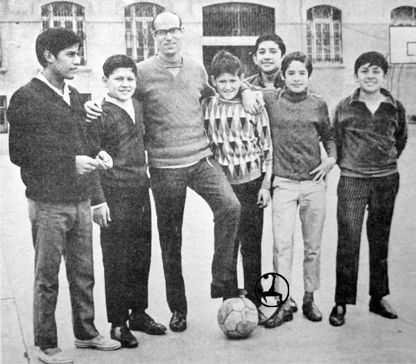 José Villalonga junto a algunos alumnos del Colegio Salesiano de Breña (Recorte: diario La Crónica)