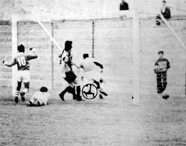 El padre Villalonga, dentro del arco, comienza a celebrar su gol a KDT (Recorte: diario La Crónica)