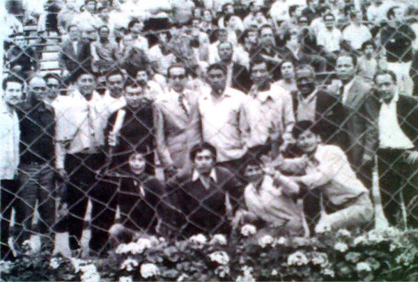 Las viejas glorias del 'León Porteño' juntas en una ocasión muy especial como fue el partido contra el Racing de San Isidro (Recorte: diario La Crónica)