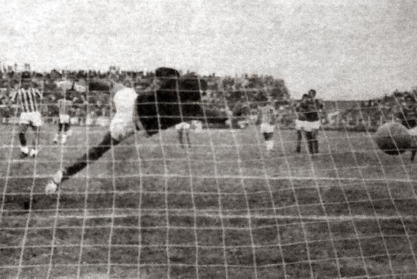 Este gol, obra de Ramón Aparicio de penal, selló el 2-1 del Chalaco y su regreso a la máxima categoría (Recorte: diario La Crónica)