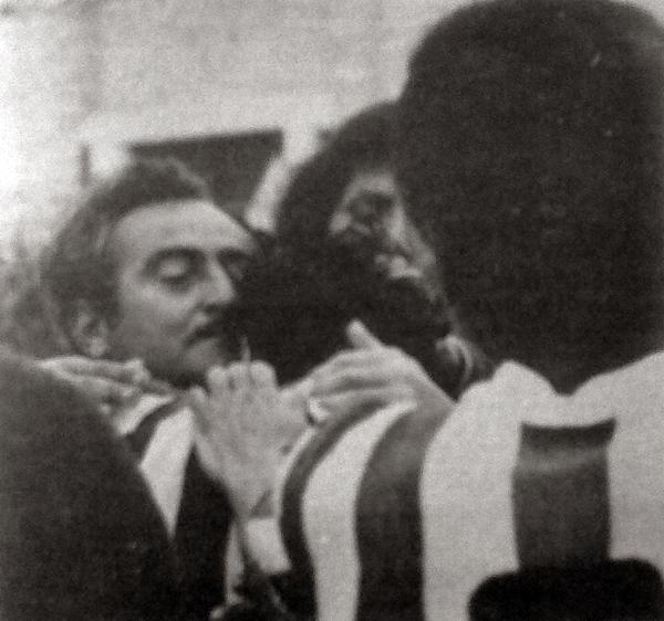 El abrazo y la emoción de Alberto Terry con sus jugadores luego de cumplir con la misión encomendada (Recorte: diario La Crónica)