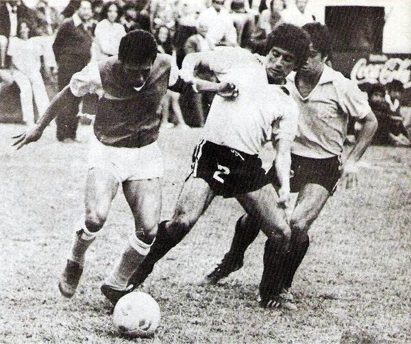 La Palma de Huacho contó esa temporada con la figura de Walter Minetto, quien aquí enfrenta a la defensa de Lawn Tennise (Recorte: revista Flash Deportivo)
