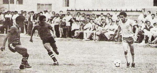 Un ataque de Huracán San Agustín tiene a Jaime Jarama como protagonista ante la marca de Félix Chávez, defensa de Cantolao La Punta que cayó por 2-1 en la cancha del colegio de San Isidro (Recorte: revista Flash Deportivo)