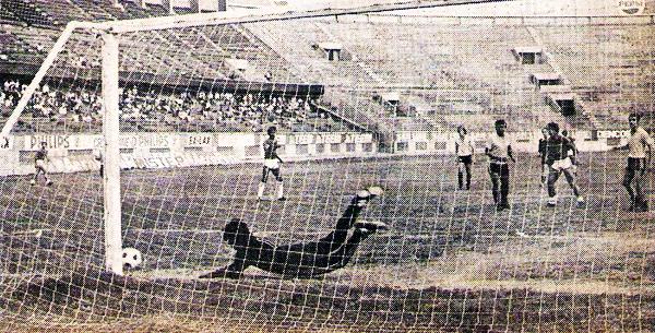 Una acción de peligro durante el encuentro que Alcides Vigo y Lawn Tennis animaron al quedar 2-2 en el Nacional (Recorte: revista Flash Deportivo)