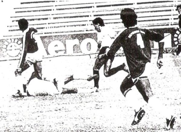 Escena del partido entre Defensor Lima y Sport Boys desarrollado en la Segunda División de 1988, año en que los granates recuperaron la categoría (Recorte: diario La Crónica)