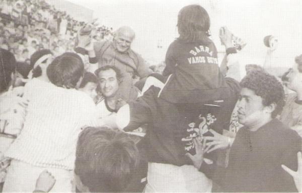 El 'Tano' Bártoli en hombros de la hinchada rosada durante la vuelta olímpica. Boys había vuelto a Primera (Foto: libro '¡Vamos Boys!', Teodoro Salazar Canaval)