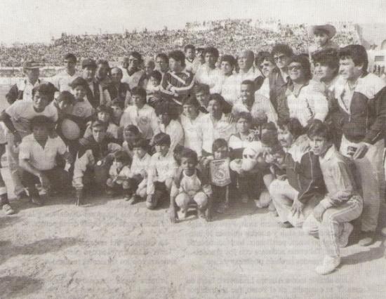 El Boys de 1989, siempre rodeado de su gente, y con las colmadas tribunas del Carbajo al fondo (Foto: libro '¡Vamos Boys!', Teodoro Salazar Canaval)