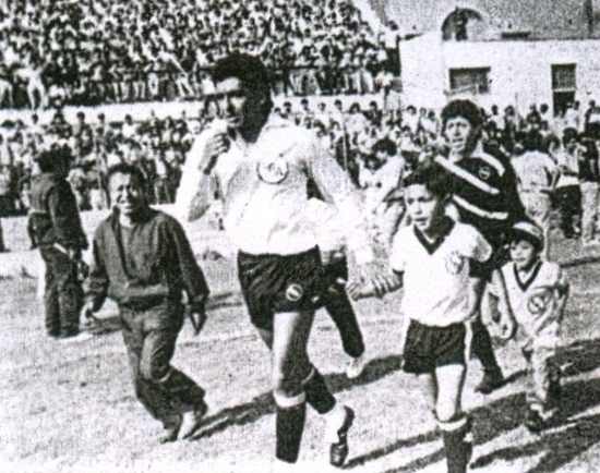 Salta Boys al campo para enfrentar a Kiwi. A la cabeza, un grande: Jaime Duarte, capitán de aquel inolvidable equipo (Recorte: diario La Crónica)