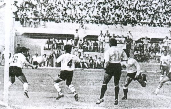 El argentino Gatti se anticipa a la zaga chorrillana y marca el empate tras centro de Calderón. Volvía la tranquilidad al Telmo (Recorte: diario La Crónica)