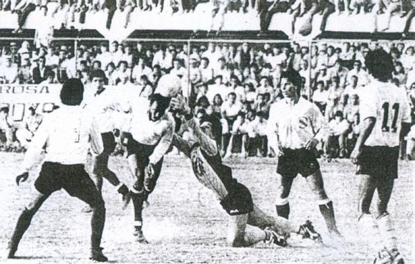El brasileño Paris, aquel que bajaba los 10 segundos en los 100 metros planos, mete la cabeza para batir al meta Calderón y sellar el 3-1 rosado sobre Kiwi (Recorte: diario La Crónica)