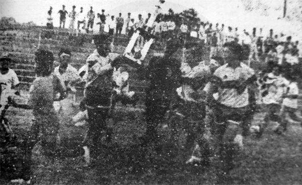 La vuelta olímpica del cuadro de Ventanilla, cuando el estadio San Martín de Porres aún acogía los partidos de la Segunda División (Recorte: diario Expreso)