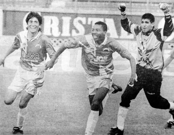 Ramón Perleche, Julio Lurita y Miguel Giuria corren a festejar el título de la Segunda División (Recorte: diario El Comercio)