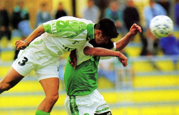 Intensa acción del empate entre AELU y Alcides Vigo en la primera fecha de la temporada 1998 (Recorte: revista Don Balón Perú)